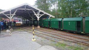 Grönt gruvtåg som tar besökare ner i Kongsbergs silvergruva